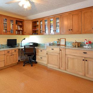 Exempel på ett mellanstort lantligt arbetsrum, med beige väggar och korkgolv