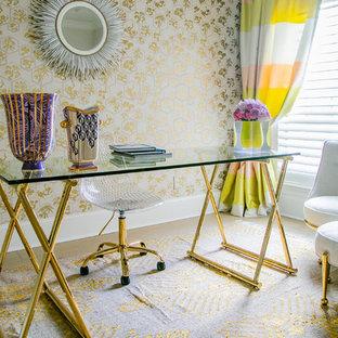 ヒューストンのトランジショナルスタイルのおしゃれなホームオフィス・書斎 (マルチカラーの壁、自立型机) の写真