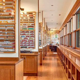 Cette image montre un bureau chalet de type studio avec un sol en bois brun et un bureau intégré.