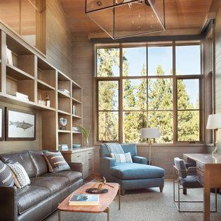 Cette image montre un bureau chalet de taille moyenne avec un bureau indépendant, un mur marron et aucune cheminée.