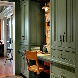 バーリントンのラスティックスタイルのおしゃれなホームオフィス・書斎 (造り付け机、スレートの床) の写真