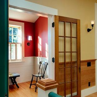 Rustikales Arbeitszimmer mit roter Wandfarbe und braunem Holzboden in Burlington