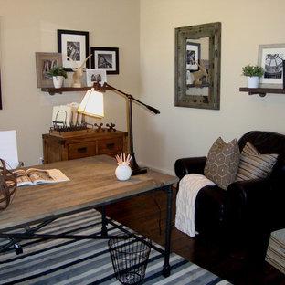 Foto di un ufficio bohémian di medie dimensioni con pareti beige, parquet scuro, nessun camino e scrivania autoportante