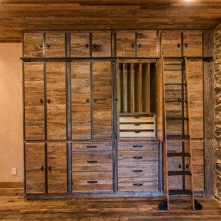 Foto de despacho rural, de tamaño medio, sin chimenea, con paredes beige y suelo de madera en tonos medios