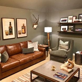 Idee per un ufficio stile rurale di medie dimensioni con pareti grigie, moquette, camino sospeso, scrivania autoportante e pavimento beige