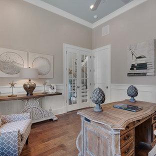Foto di un grande ufficio country con pareti beige, pavimento in legno massello medio, nessun camino e scrivania autoportante