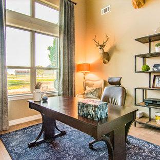 Foto di un ufficio minimalista di medie dimensioni con pareti grigie, pavimento con piastrelle in ceramica, nessun camino, scrivania autoportante e pavimento marrone