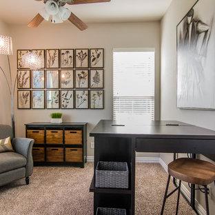 ダラスの小さいモダンスタイルのおしゃれなクラフトルーム (ベージュの壁、カーペット敷き、暖炉なし、自立型机、ベージュの床) の写真