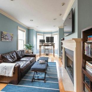 フィラデルフィアの中サイズのラスティックスタイルのおしゃれなアトリエ・スタジオ (青い壁、無垢フローリング、標準型暖炉、木材の暖炉まわり、自立型机、茶色い床) の写真