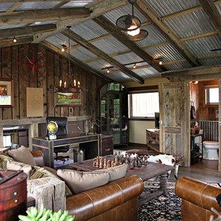 他の地域の広いラスティックスタイルのおしゃれな書斎 (茶色い壁、濃色無垢フローリング、暖炉なし、自立型机、茶色い床) の写真
