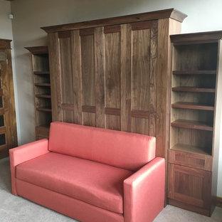 Diseño de despacho tradicional, de tamaño medio, sin chimenea, con paredes beige, moqueta y suelo beige