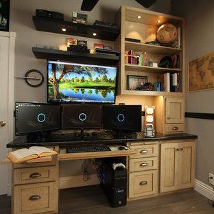 Idéer för ett litet rustikt arbetsrum, med grå väggar, laminatgolv, ett inbyggt skrivbord och grått golv