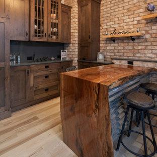 Idéer för att renovera ett mellanstort rustikt hemmastudio, med vita väggar, ljust trägolv, ett inbyggt skrivbord och flerfärgat golv