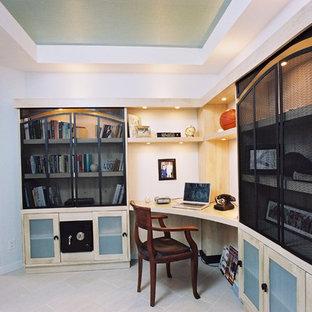 Idee per un ufficio industriale di medie dimensioni con pareti blu, pavimento in vinile, scrivania incassata e pavimento grigio
