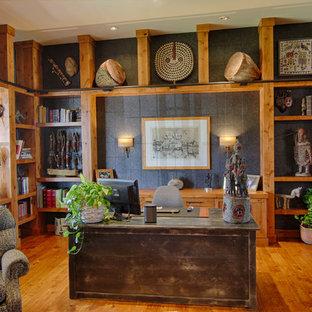 Immagine di un ufficio stile americano con pareti nere, pavimento in legno massello medio e scrivania autoportante