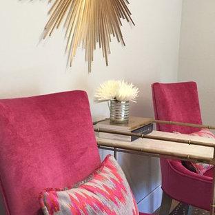Idéer för ett mellanstort klassiskt arbetsrum, med grå väggar och mellanmörkt trägolv