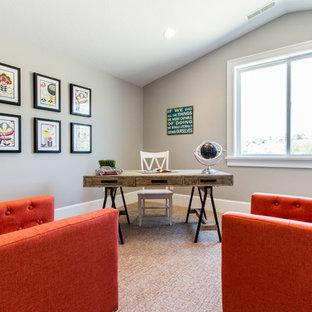 Cette photo montre un bureau chic de taille moyenne avec un mur gris, moquette, aucune cheminée et un bureau indépendant.