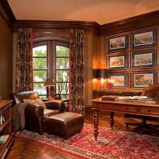 Inspiration för stora medelhavsstil hemmabibliotek, med bruna väggar, mörkt trägolv och ett fristående skrivbord