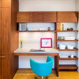 サンフランシスコのコンテンポラリースタイルのおしゃれな書斎 (白い壁、無垢フローリング、造り付け机、黄色い床) の写真