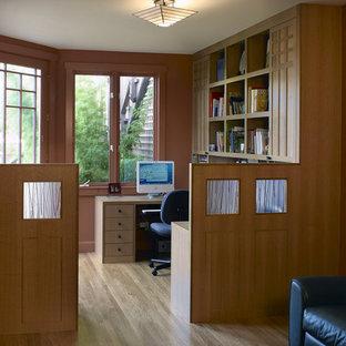 サンフランシスコの中くらいのアジアンスタイルのおしゃれな書斎 (オレンジの壁、淡色無垢フローリング、造り付け机) の写真