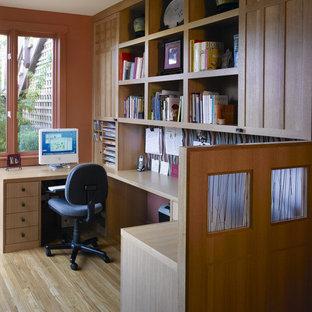Ispirazione per un ufficio etnico di medie dimensioni con pareti arancioni, parquet chiaro e scrivania incassata