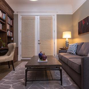 サンフランシスコの小さいヴィクトリアン調のおしゃれな書斎 (グレーの壁、無垢フローリング、暖炉なし、造り付け机) の写真