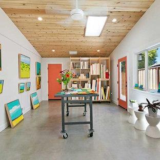 Aménagement d'un bureau scandinave de taille moyenne et de type studio avec un mur blanc, béton au sol et un sol gris.