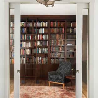 Idéer för stora vintage arbetsrum, med ett bibliotek, bruna väggar, mellanmörkt trägolv och brunt golv