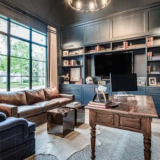 Klassisk inredning av ett mycket stort hemmabibliotek, med blå väggar, ljust trägolv, ett fristående skrivbord och beiget golv