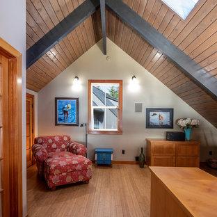 シアトルの中くらいのエクレクティックスタイルのおしゃれな書斎 (白い壁、竹フローリング、自立型机、暖炉なし、茶色い床) の写真
