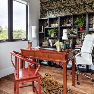 Idée de décoration pour un bureau asiatique avec un mur multicolore, un sol en bois brun, aucune cheminée et un bureau indépendant.