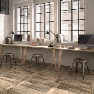 サンフランシスコのラスティックスタイルのおしゃれな書斎 (白い壁、磁器タイルの床、造り付け机) の写真