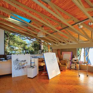 Cette photo montre un grand bureau montagne de type studio avec un sol en contreplaqué.