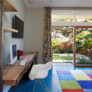 Diseño de despacho contemporáneo con paredes grises, suelo de cemento y suelo azul