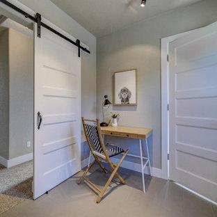 Idee per un piccolo ufficio moderno con pareti grigie, pavimento con piastrelle in ceramica, nessun camino, scrivania autoportante e pavimento grigio