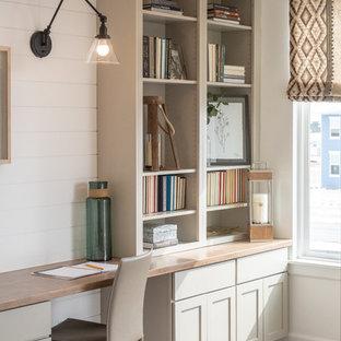 ソルトレイクシティの中くらいのトランジショナルスタイルのおしゃれな書斎 (白い壁、クッションフロア、暖炉なし、造り付け机、グレーの床) の写真
