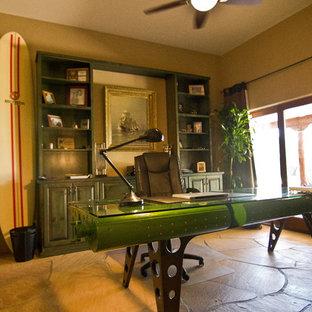 Mittelgroßes Klassisches Arbeitszimmer ohne Kamin mit brauner Wandfarbe und freistehendem Schreibtisch in Phoenix