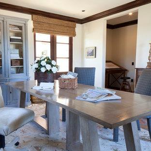 Ejemplo de despacho tradicional renovado con paredes blancas, suelo de baldosas de terracota y escritorio independiente