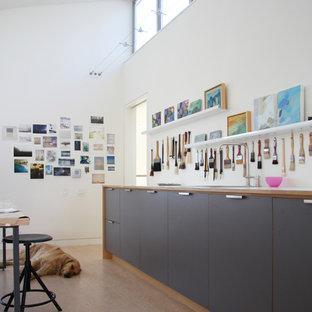 Diseño de despacho contemporáneo con paredes blancas
