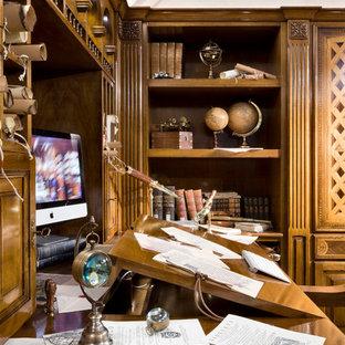 Großes Klassisches Arbeitszimmer mit Studio, brauner Wandfarbe, braunem Holzboden und Einbau-Schreibtisch in Mailand