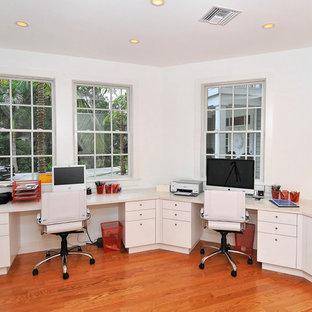Свежая идея для дизайна: рабочее место среднего размера в современном стиле с белыми стенами, темным паркетным полом, встроенным рабочим столом и коричневым полом без камина - отличное фото интерьера