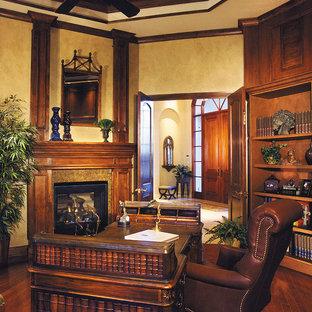 Idee per un ampio ufficio classico con pareti beige, parquet scuro, camino classico e scrivania autoportante