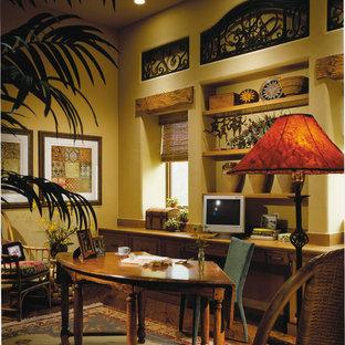 Ispirazione per un grande ufficio mediterraneo con pavimento in legno massello medio, nessun camino, scrivania incassata e pareti gialle