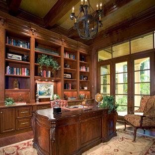 Idéer för att renovera ett vintage arbetsrum, med mörkt trägolv och ett fristående skrivbord