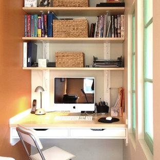 Immagine di un piccolo studio contemporaneo con pareti arancioni e scrivania incassata