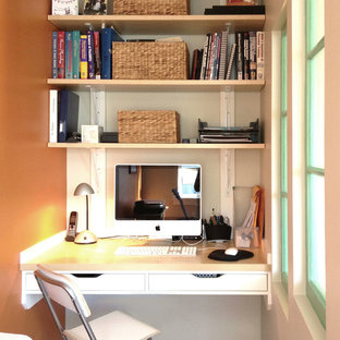 バンクーバーの小さいコンテンポラリースタイルのおしゃれなホームオフィス・書斎 (オレンジの壁、造り付け机) の写真