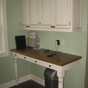 グランドラピッズの小さいカントリー風おしゃれなホームオフィス・仕事部屋 (緑の壁、濃色無垢フローリング、暖炉なし、造り付け机、茶色い床) の写真