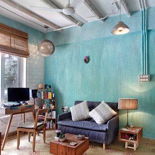 Cette photo montre un bureau industriel avec un bureau indépendant, un mur bleu et un sol multicolore.