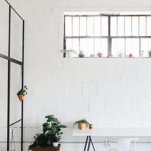 Idée de décoration pour un grand bureau nordique de type studio avec un mur blanc, béton au sol, aucune cheminée, un bureau indépendant et un sol blanc.