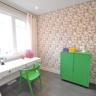 Idée de décoration pour un bureau nordique avec un mur multicolore et un bureau indépendant.
